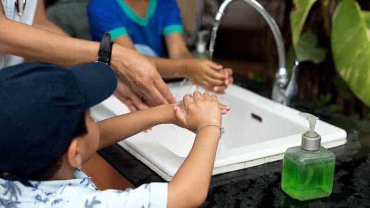 به کودکان اهمیت شستن دستها را تاکید کنید