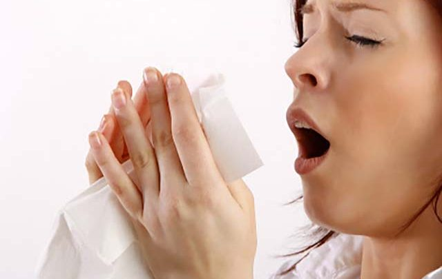 سرفه کردن از علائم ویروس کرونا