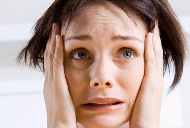 برای کنترل اضطراب خود، به خودتان یادآوری کنید در حال تجربهی حمله عصبی هستید و احساسی که دارید علائم عادی حمله عصبی است.