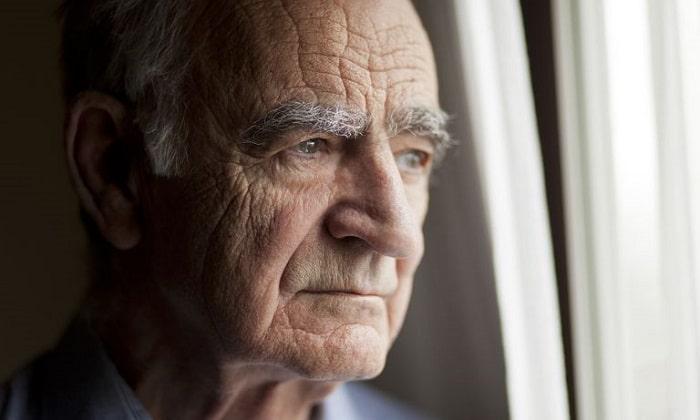 احتمال بروز نشانه های افسردگی در میانسالی، 45 تا 65 سال، بیشتر است. با این حال، شواهد نشان میدهد امروزه افراد زودتر از قبل، افسردگی بالینی را تجربه میکنند.