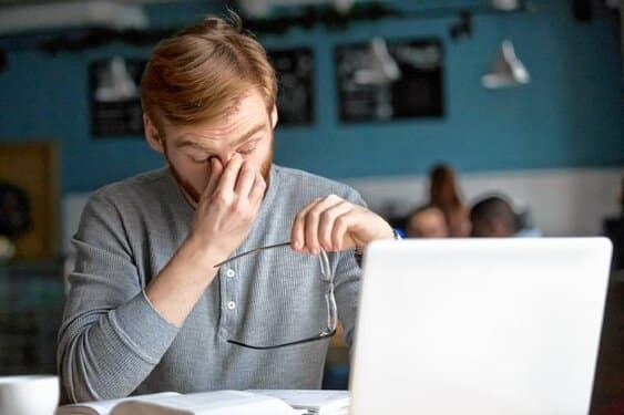 استفاده از عینک مخصوص کامپیوتر برای بهبود خستگی چشم و بینایی چشم توسط پزشک توصیه میشود.