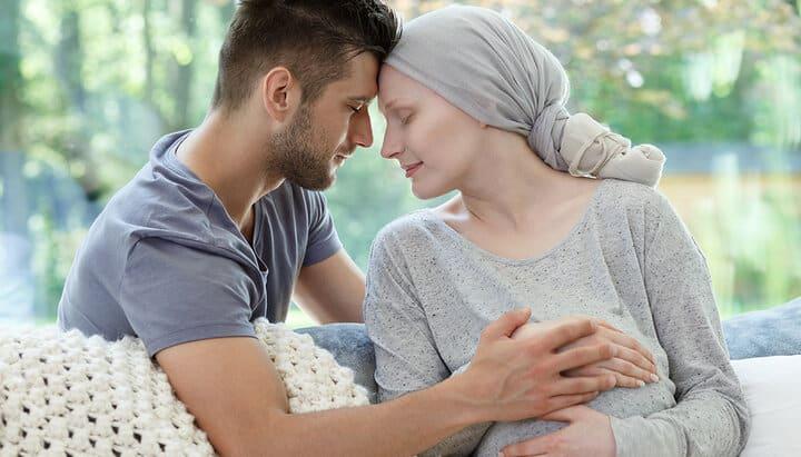 هیچ ارتباطی بین خطر سرطان پستان و مصرف قرص ضد بارداری در زنانی که سابقهی خانوادگی سرطان پستان دارند مشاهده نشده است.