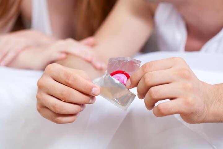 برای پرهیز از بیماری مقاربتی هنگام بارداری تا حد امکان از کاندوم استفاده کنید