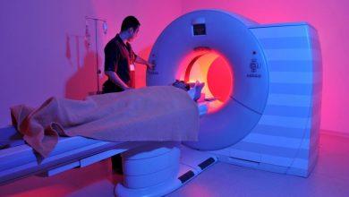 دستگاه تصویر برداری ام آر آی به جای اشعه ایکس از میدان مغناطیسی بدن استفاده میکند.