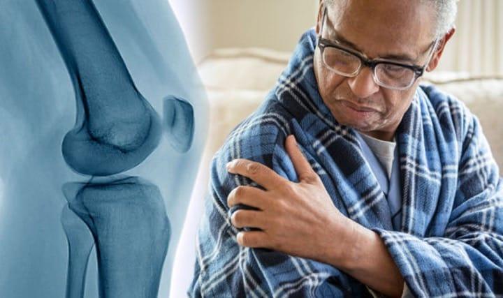 درد و تورم از نشانههای سرطان استخوان است.