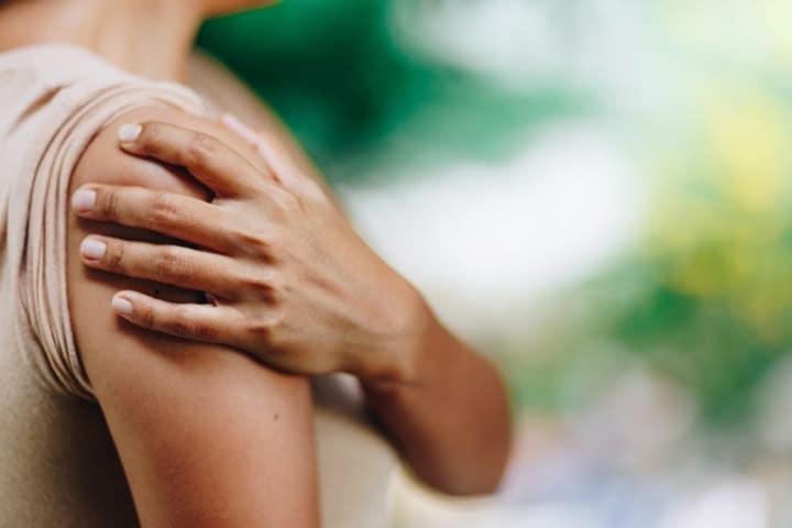 سرطان ریه ممکن است باعث درد قفسه سینه، شانهها یا کمر شود.