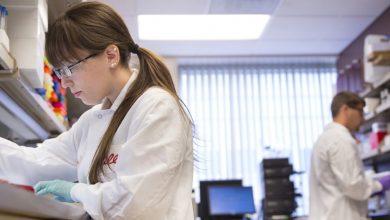 تنظیم کنندهی دارو در ایالت متحده اجازهی مصرف اضطراری از داروی تجربی الی لیلی برای کووید-19 را درمورد بیمارانی که علائم خفیف تا متوسط کرونا دارند صادر کرده است.