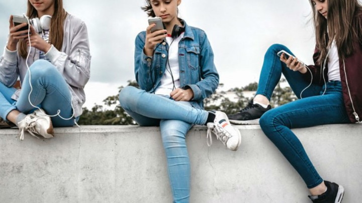 درمورد این که در فضای مجازی چه وجههای از خود را نشان میدهد و تاثیر آن روی ثبتنام در دانشگاه، استخدام در آینده و غیره با دختر 12 ساله خود صحبت کنید.