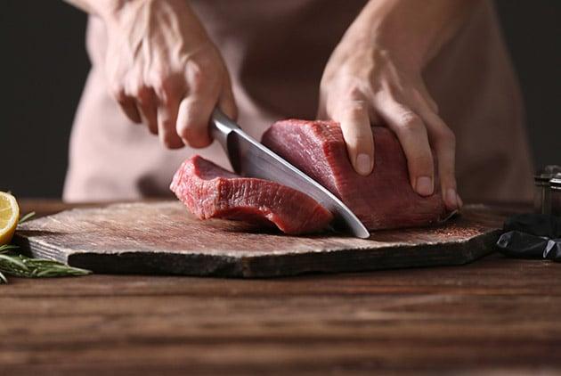 انواع گوشت منبع خوبی از آهن هم به شمار میآید که برای بیماران کم خونی و افراد دچار فقر آهن مناسب هستند